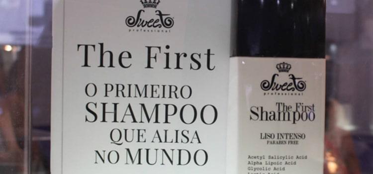 alisar o cabelo com um produto profissional