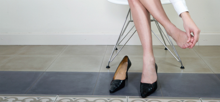 como tirar rachadura nos pés